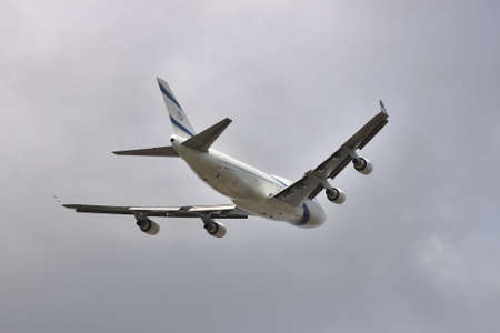 747 400: Borispol, Ukraine - October 2, 2011: El Al Israeli Airlines B747 is taking off into the stormy sky Editoriali