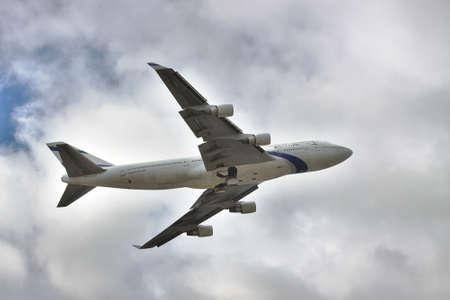 747 400: Borispol, Ucraina - 2 ottobre 2011: El Al Israeli Airlines B747 volare in cielo tempestoso