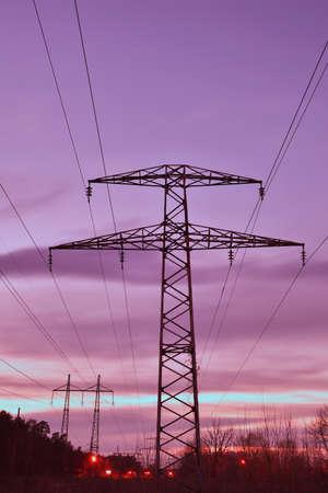 torres el�ctricas: L�neas el�ctricas torres de alta tensi�n y cables en vez de noche Foto de archivo