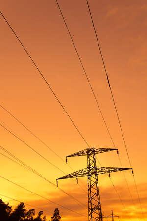 torres el�ctricas: L�neas el�ctricas y torres de alta tensi�n cables contra el cielo del atardecer Foto de archivo