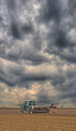 siembra: La siembra del alimentador del campo en un día de tormenta
