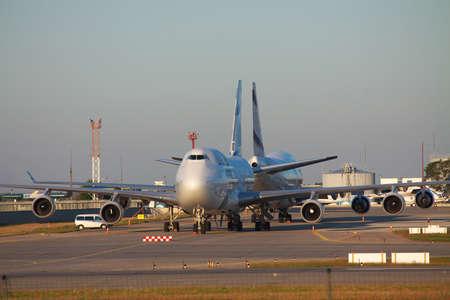 747 400: Kiev Regione, Ucraina - 2 ottobre 2011: El Al El Al Boeing 747-400 aerei sono parcheggiati sul piazzale il sorgere del sole
