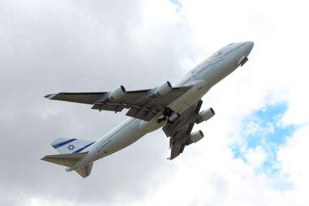 747 400: Kiev Regione, Ucraina - 2 ottobre 2011: El Al El Al Boeing 747-400 aereo sta decollando in cielo nuvoloso Editoriali