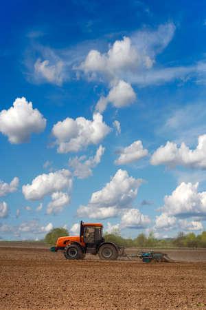 arando: Tractor arando el campo en un día soleado - labranza y la preparación del suelo Foto de archivo