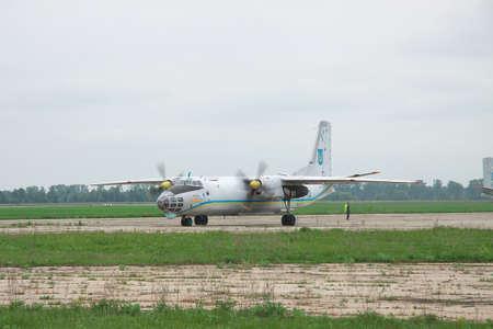 cielos abiertos: Nezhin, Ucrania - 20 de mayo de 2010: Antonov An-30 'Cielo del fotógrafo de reconocimiento avión utilizado en el programa de cielos abiertos en rodaje a lo largo del delantal para un vuelo de entrenamiento