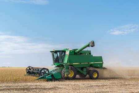 Región de Kiev, Ucrania - 10 de septiembre de 2017: John Deere 9500 Harvester está cosechando el campo de soja en un día de otoño de verano Foto de archivo - 88662262