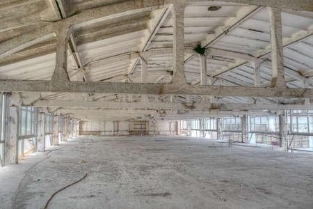 Bâtiment industriel abandonné pendant les travaux de reconstruction à l'intérieur