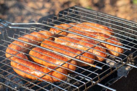 香肠在烤架上炒外面