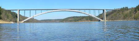 moderne br�cke: Br�cke �ber Moldaur. Massive Stahl-Konstruktion mit einem langen Bogen.