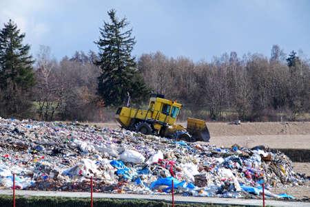 Bulldozer is de verwerking van afval in de stortplaats