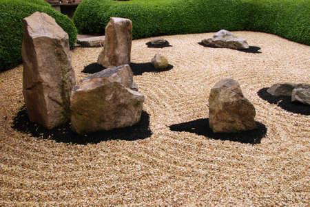 Mooie zentuin met stenen en harmonie cirkels om hen heen Stockfoto