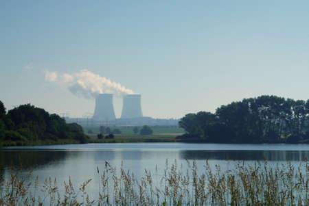 vapore acqueo: L'energia nucleare torri pianta, simbolo di soluzione di energia? Archivio Fotografico