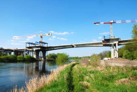 rejas de hierro: Construcción de un gran puente sobre el río Foto de archivo