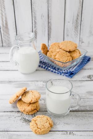 latte fresco: il latte sano fresco e biscotti su fondo in legno