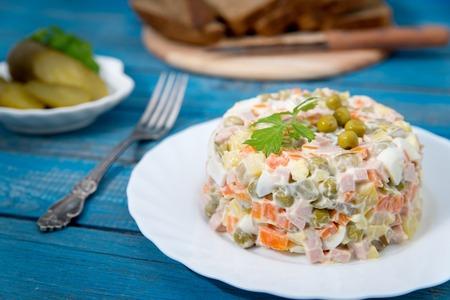 ensalada rusa: Traditional Russian salad Olivier with fresh vegetables Foto de archivo