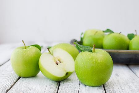 Grüne frische Äpfel auf Holztisch close up, rustikalen Stil, selektiven Fokus