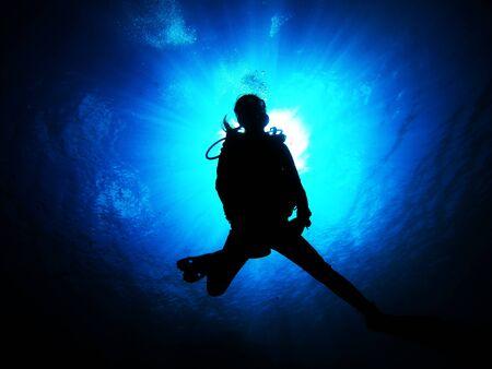 Les femmes qui aiment plonger dans la mer propre