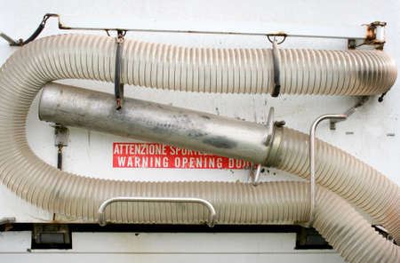 Hose for vacuum suction of street waste on a communal vehicle Standard-Bild
