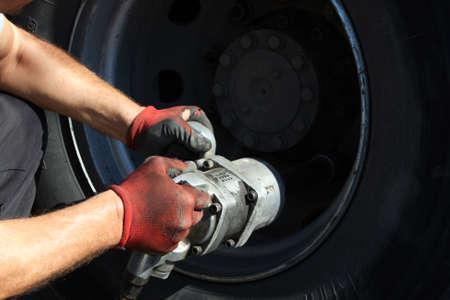 Mechanic fixing wheel