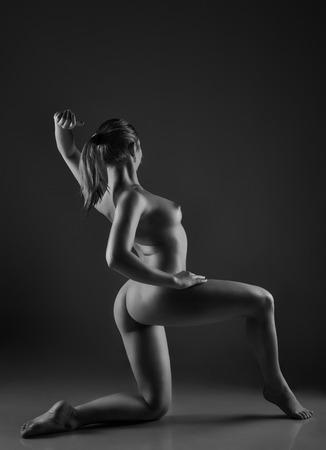 desnudo artistico: El cuerpo desnudo de mujer sexy. Hermosa chica desnuda sensual. Fotografía artística en blanco y negro.