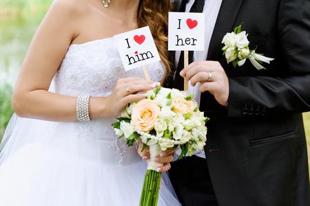 señora: Pareja mostrar tarjeta con el texto que lo amo y que la amo Foto de archivo