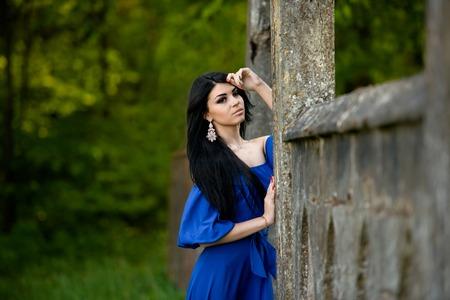 labios sexy: Retrato de sensual moda joven en vestido azul al aire libre