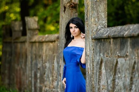 labios sensuales: Retrato de sensual moda joven en vestido azul al aire libre