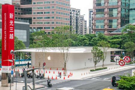 Taipei, Taiwan - June 6, 2019: Taiwan's second Apple Store ? Apple Xinyi A13 ? in new Far Eastern Department Store, Xinyi district of Taipei. Banco de Imagens - 124998905