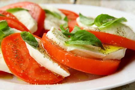 ensalada tomate: Capricho italiano tradicional ensalada de tomate queso mozzarella y albahaca Foto de archivo
