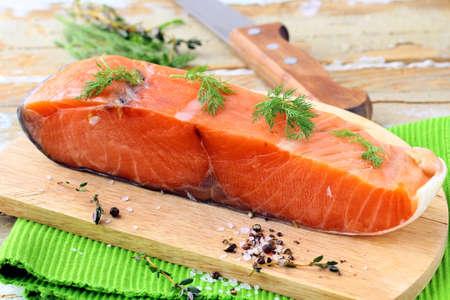 salmon ahumado: Pedazo de salmón ahumado con eneldo