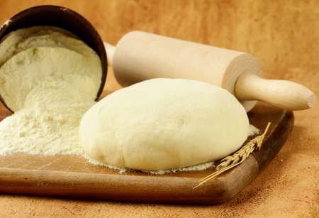 dough: pasta fresca con harina sobre tabla de madera