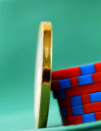 texas hold em: fichas de juego y un chip de oro sobre un fondo verde