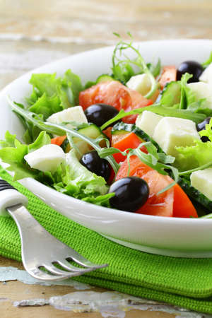 Griekse salade met olijven, tomaten en feta kaas Stockfoto