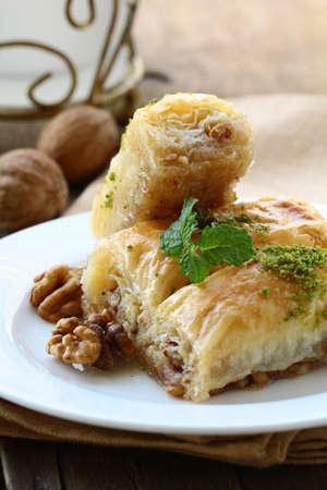 comida arabe: postre tradicional árabe turco - baklava con miel y nueces