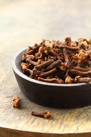 dried spice: Clavos de especias secas sobre una mesa de madera