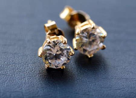 goldene Ohrringe mit Diamanten Makroaufnahme Standard-Bild