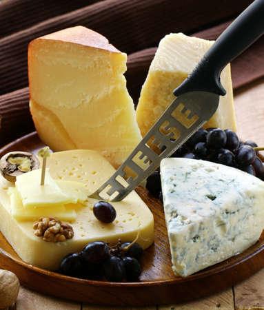 queso: Naturaleza muerta plato queso con nueces y uvas Foto de archivo