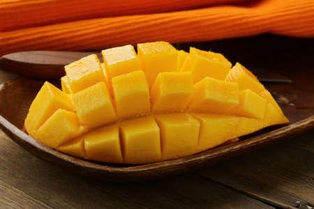 mango fruta: mango fruta fresca en plato de madera