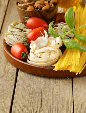 Vari tipi di pasta (spaghetti, fettuccine, penne) e pomodoro Archivio Fotografico - 18931213