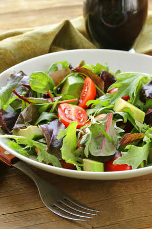 plato de ensalada: mezcla de ensalada con aguacate y pepino con aderezo balsámico