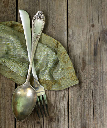 talher: talheres de prata do vintage em um fundo de madeira