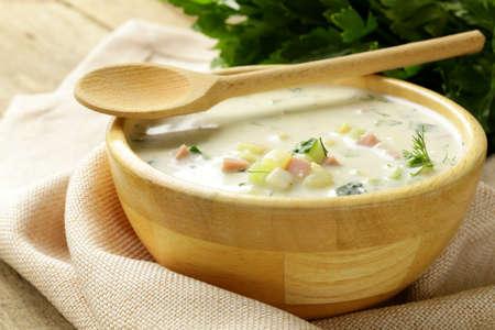 Traditionelle russische kalte Suppe mit Gemüse okroshka