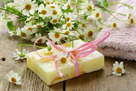 productos naturales: jabón hecho a mano con flores en el fondo orgánico Foto de archivo