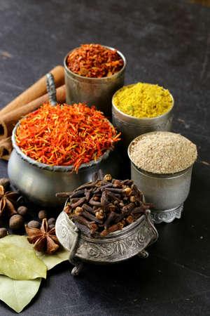 indian spices: collectie van diverse kruiden paprika, kurkuma, peper, anijs, kaneel, saffraan Stockfoto
