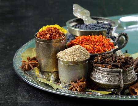 collection de diverses ?pices paprika, le curcuma, le poivre, anis, cannelle, safran Banque d'images
