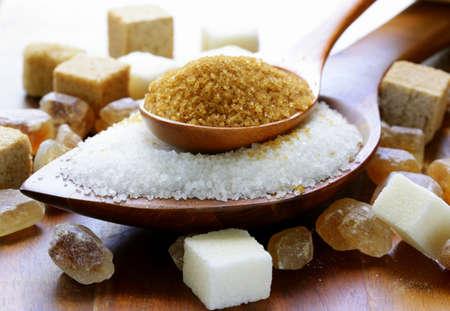 Verschillende soorten suiker, bruine, witte en geraffineerde suiker
