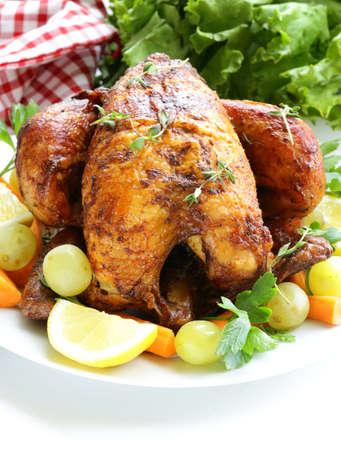 thyme: geroosterde kip met kruiden geserveerd op een bord met groenten en druiven