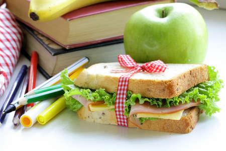 sandwich au jambon, pomme, banane et granola bar - une alimentation saine, repas à l'école