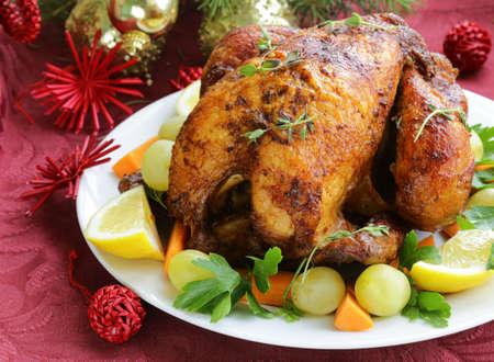 gebackenes Huhn für Weihnachtsessen, festliche Tischdekoration