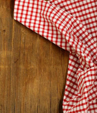 tela algodon: Fondo de madera con la toalla roja cocina a cuadros Foto de archivo